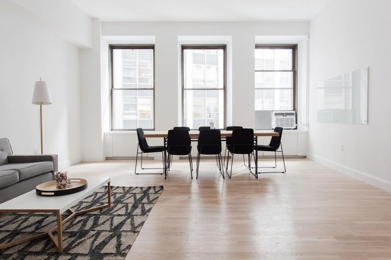 Na co zwrócić uwagę wybierając stół do salonu?